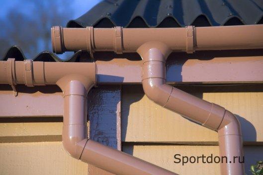 Водосточные желоба и трубы: крепление своими руками